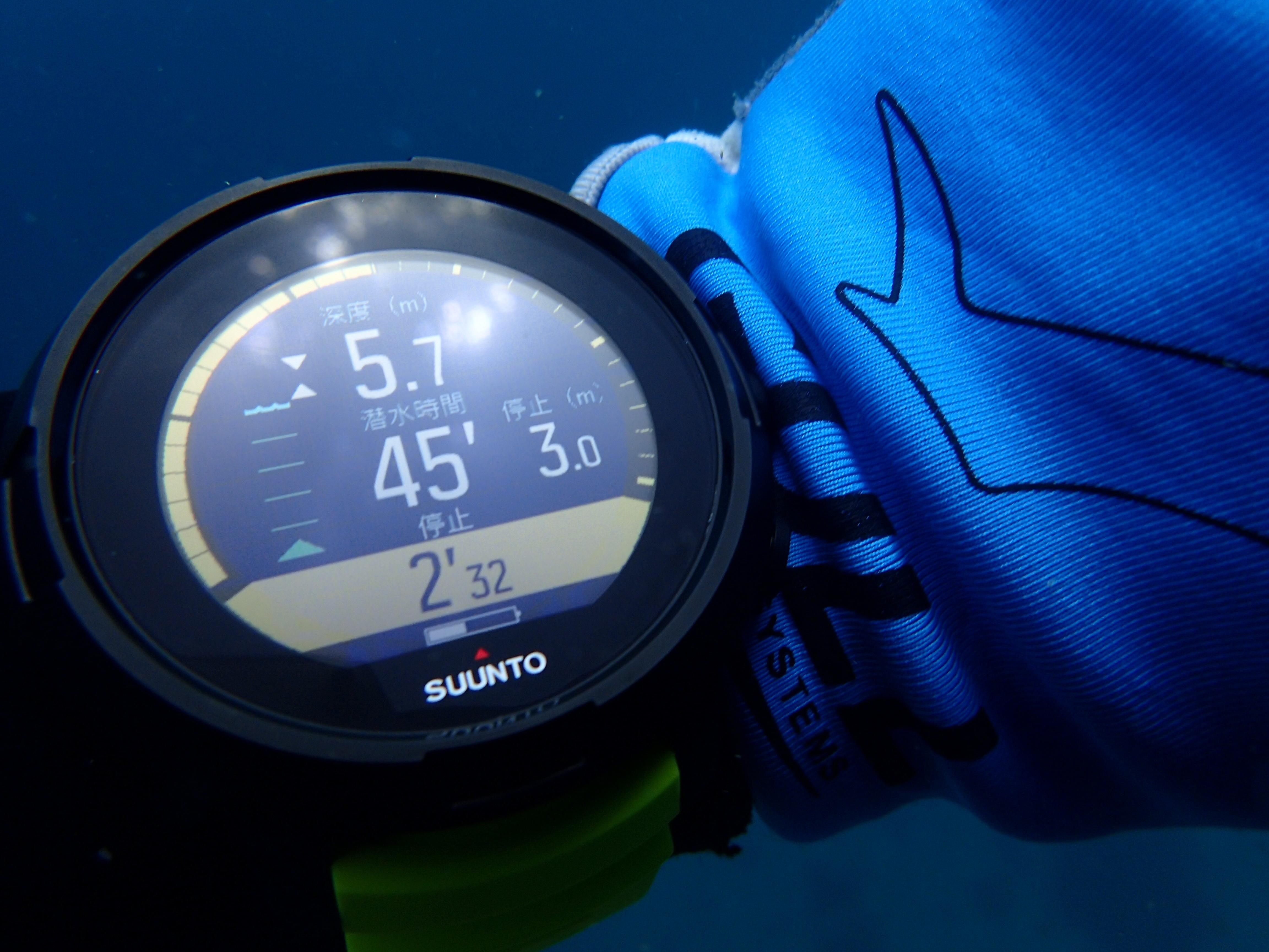 SUUNTO D5のダイビング中の見え方は?水中&陸上レビュー